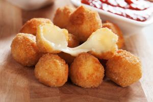 Rántott füstölt sajtgolyók