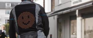 Mosolygós dzsekivel a békéért az utakon