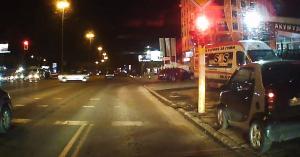 A Smart-sofőr azt hitte, feltalálta a módszert, amivel legálisan át lehet menni a piroson – VIDEÓ