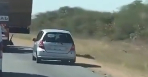 Lassan ment előtte a teherautó, gondolta, majd a porban megelőzi, élete legnagyobb hibája volt! – VIDEÓ