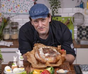 Péksuli Szabival: lepd meg a családot húsvétkor egy isteni csülkös kenyérrel!