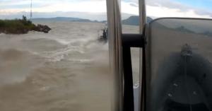 Ilyet még nem láttál! Videón örökítették meg küzdelmüket a viharral a balatoni vízirendőrök