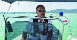 Rendőr kishajók segítenek a bajba jutott fürdőzőkön