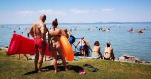 Mindenki a Balatonra menekült a meleg elől