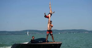 A Balatonon vízén zsonglőrködtek a cirkuszi artisták