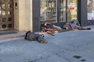 Meztelenül fekszenek a hajléktalanok a budapesti utcákon