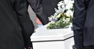 Hihetetlen: meggyilkolt párja koporsóján rázta a fenekét egy nő – videó