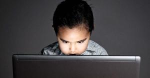Így marad biztonságban a neten a gyerek a mostani szünetben is