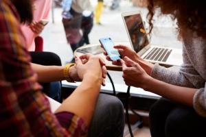 Rengeteg időt töltenek az interneten a magyar fiatalok