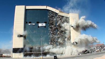Félelmetes, de látványos: így semmisítik meg a hatalmas épületeket - Videó