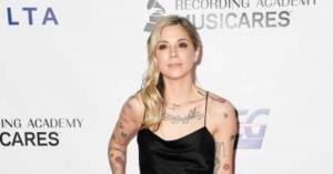 Összeomlott az énekesnő, kezei közt halt meg a babája