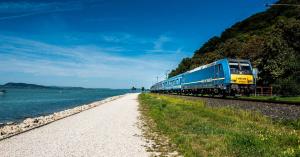 Vonattal és busszal is gyorsabban juthatunk el a Balatonhoz