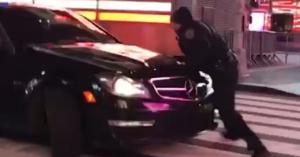 Megpróbálta elgázolni a rendőrt, mert az észrevette, hogy gumit éget – VIDEÓ