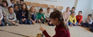 Lizi, a terápiás kutyus is segített a szolnoki suliban