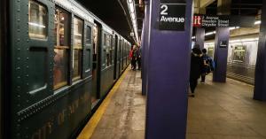 Borzalom a metróállomáson, meztelen férfi lökött a szerelvény elé egy utast