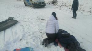Nehéz terepen, mínusz tíz fokban földön fekvő szánkóbalesetest mentettek a rendőrök
