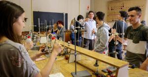 Kevesebb képlet, több kísérlet a természettudományos órákon