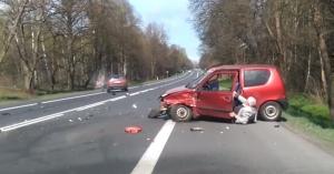 Öngyilkossági kísérlet? A bácsi a forgalom közepébe hajtott a Fiat Cinquecentóval! – VIDEÓ
