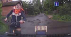 Nekiment a szűk úton egy gyerek biciklivel, az autóst büntették meg – VIDEÓ