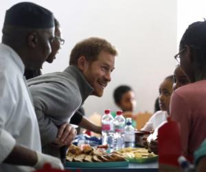 Ezt is bevállata! Harry herceg beállt konyhásnak egy általános iskolában