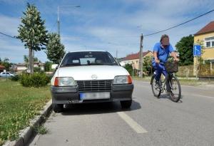 Autók foglalják el a kerékpársávokat
