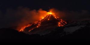 Így pöfékel az Etna hatalmas füstkarikákat - videó