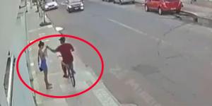 Az autós meglátta, hogy ellopták egy nő mobilját, kegyetlenül megbüntette a tolvajt - videó