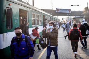 Elfogták a férfit, aki a HÉV-en az utasok kezéből kapta ki a mobilokat
