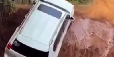 Odaért a kocsival a földomláshoz, hihetetlen, ami ezután jött