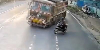 Kigurult az útra a bamba motoros, drámai, ami a következő pillanatban történt - videó