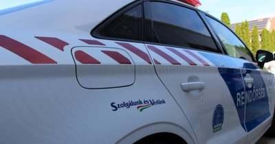8 utasával csapódott villanyoszlopnak egy kisbusz Komáromban