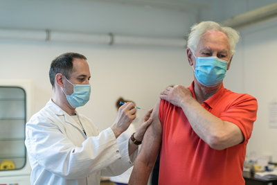 5077 új koronavírus-fertőzöttet azonosítottak