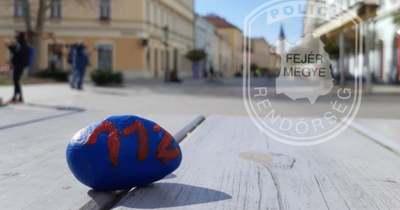 112-es feliratú kavicsokat rejtett el a rendőrség Székesfehérváron, ajándékot kapnak a megtalálók!