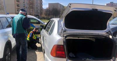 Defektet kapott egy idős fehérvári sofőr autója, a rendőrök segítettek kereket cserélni