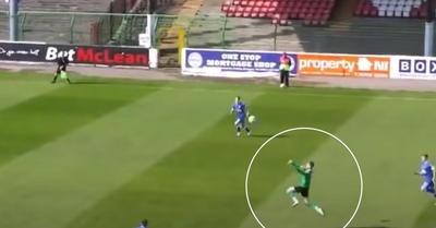 Videó: 40 méterről fejeltek gólt a volt Man. United-kapusnak
