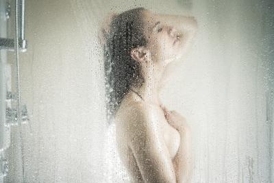 Minden nap hideg vízzel zuhanyozott a nő, ez történt a testével – Fotó
