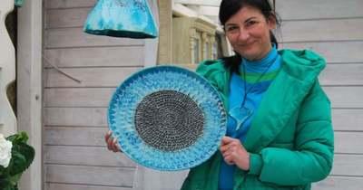 Különleges kék kerámia a tóti piacon