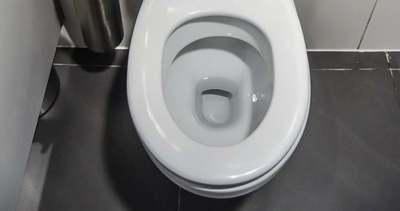 Szórj szódabikarbónát a vécébe, eszméletlen lesz a hatás