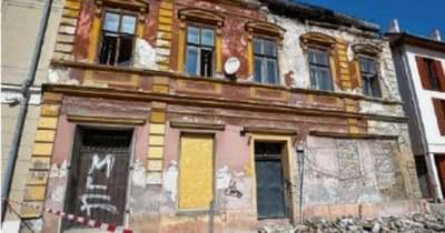 A vakolat és a födém is leszakadt – Házomlás a Kossuth utcában Győrben