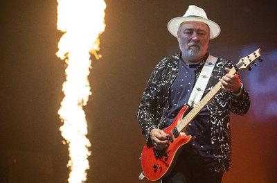 Egy rejtélyes kór miatt már járni is csak nehezen tud az Omega gitárosa