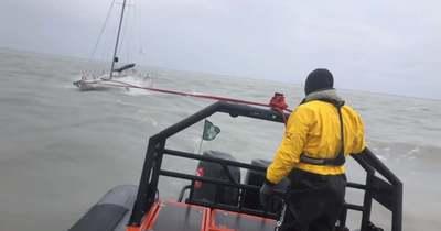 90 km/órás szélben fogták be az Alsóörsnél elszabadult vitorlást a vízimentők (videó)