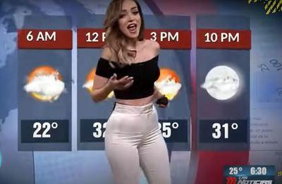 Hátulról, váratlanul, élő adásban húzták le a műsorvezető nadrágját