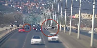 Kikanyarodtak egy autó elé az Árpád hídon, hátborzongató, amit ezután felvett a térfigyelő