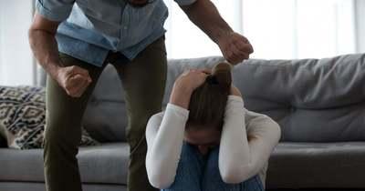 A torka elvágásával, gyereke elvételével fenyegette feleségét egy férfi Szombathelyen