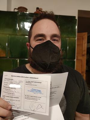 Orosz vakcinával oltatta be magát a Momentum Pest megyei frakcióvezetője, miközben hónapok óta hergelnek ellene