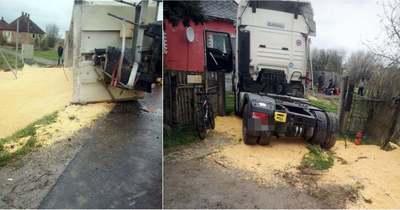 Felborult a pótkocsi, kiömlött a rakomány Dombrádon (fotók)