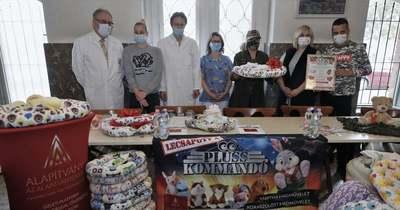 Babafészkeket adtak át a koraszülött osztálynak Fehérváron
