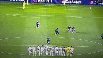 Az Arsenal focistája látványosan betérdelt az állva maradó csehek elé