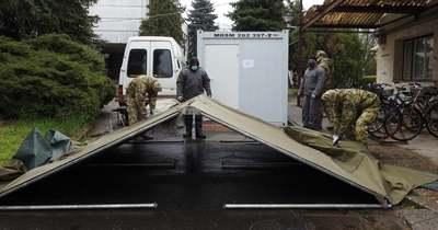 Katonai sátrat telepítettek a jászberényi kórházhoz