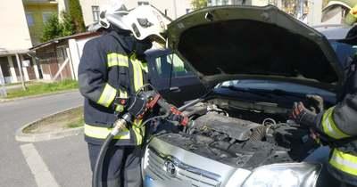 Füstölt egy autó motortere Zalaegerszegen